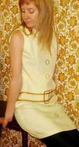 Brukt kjole med knappar og belte som er brodert på