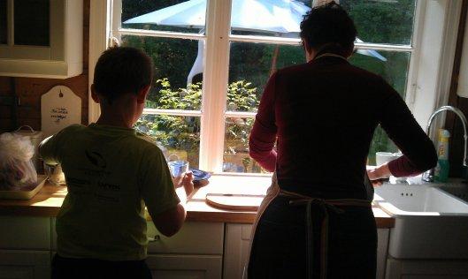 Sonen min og eg reinskar bær og sløyer fisk på garden. Så lenge det varer.